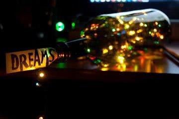 Weinflasche mit Lichterkette