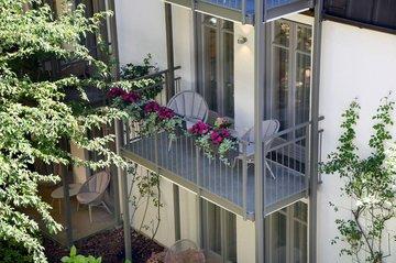 Balkon mit Blick auf grünen Innenhof Company und Family Suite Hotel München