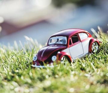 Spielzeugauto im Gras