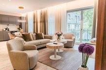 Exklusiver modern eingerichteter Wohnbereich mit Balkon und Küche Aparthotel München Maximilian Munich