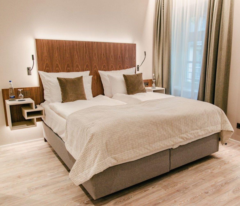 Zimmer Bett Schlafbereich Maximilian Munich Hotel München