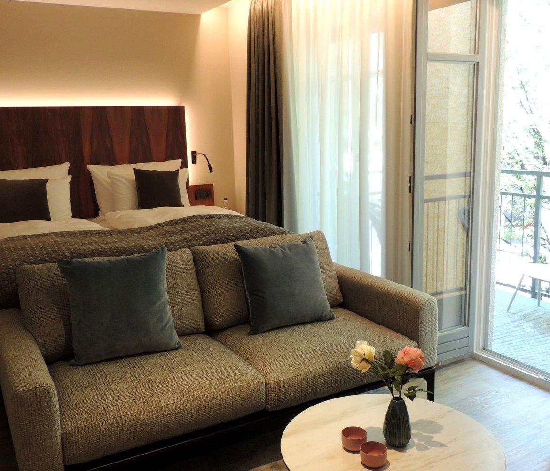 hotelzimmer maximilian munich bett couch balkon deko