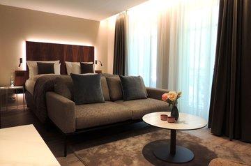 couch bett maximilian munich hotelzimmer
