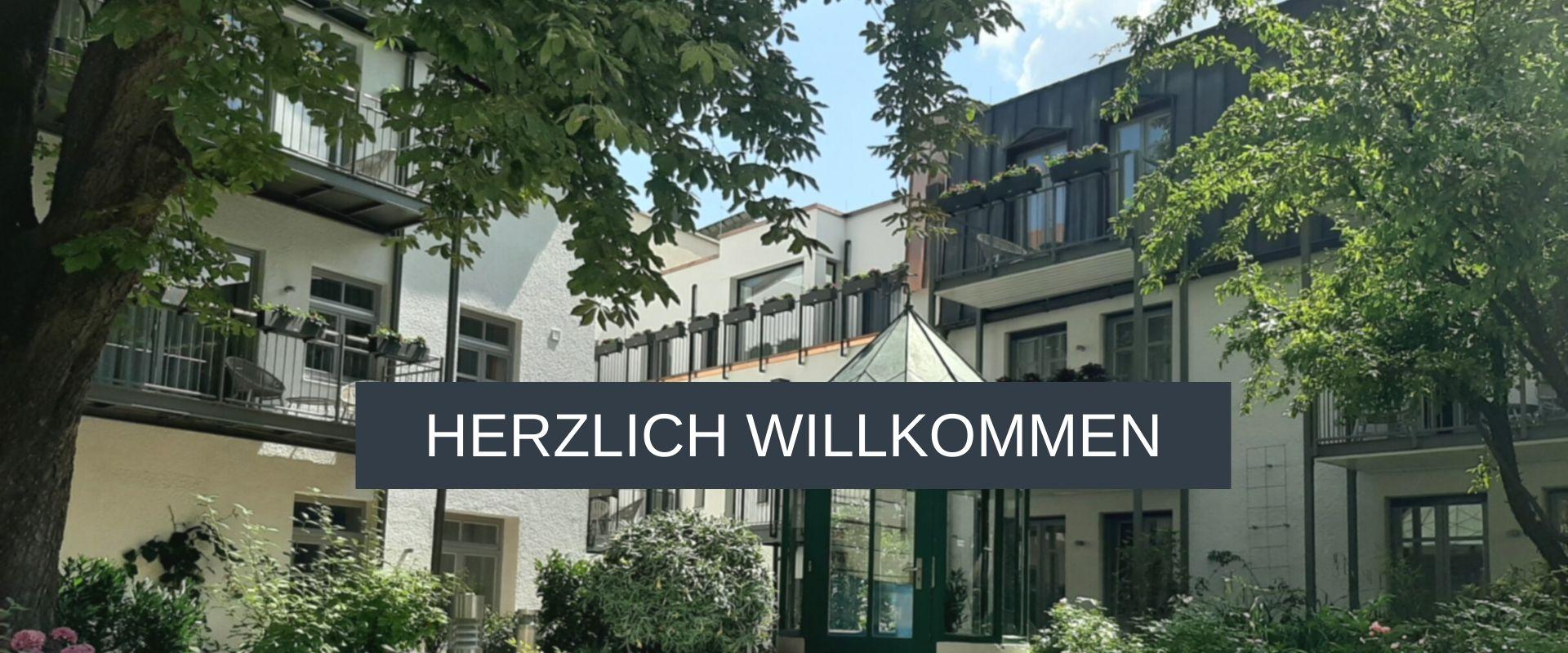 Grüner Innenhof und Rosengarten im Aparthotel München Innenstadt